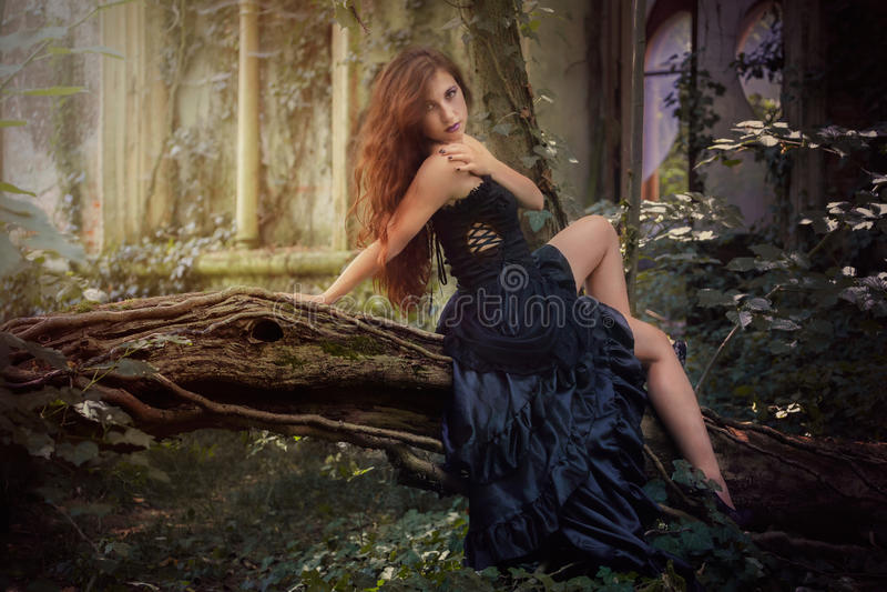 Молодая девушка goth с красными волосами стоковые фото