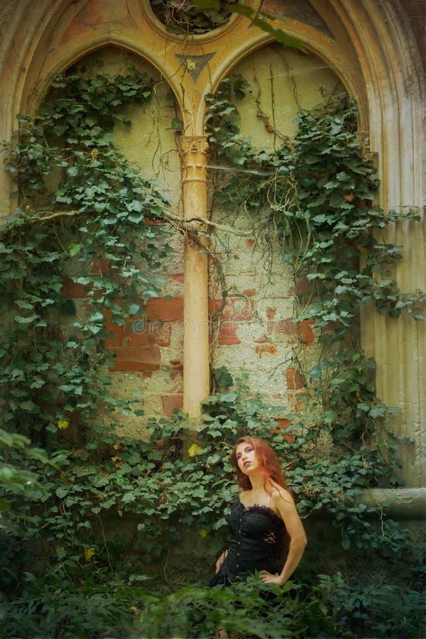 Молодая девушка goth с красными волосами стоковые фотографии rf