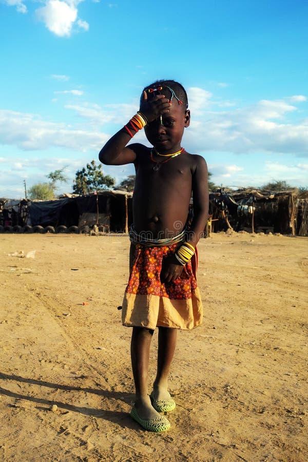 Молодая девушка Himba на рынке в Opuwo, Намибии стоковое изображение