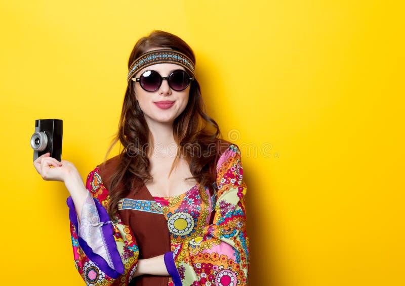 Молодая девушка hippie с солнечными очками и камерой стоковые фотографии rf