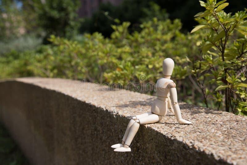 Молодая деревянная марионетка ослабляет в солнце стоковые фотографии rf