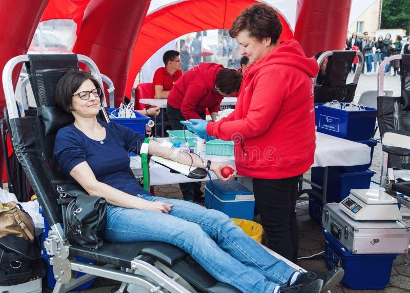 Молодая женщина даря кровь стоковое фото