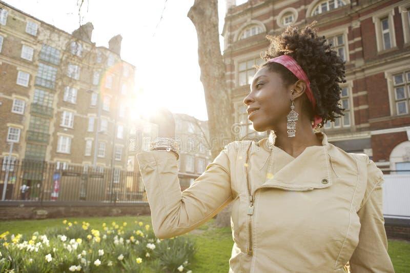 Город захода солнца женщины. стоковые фотографии rf