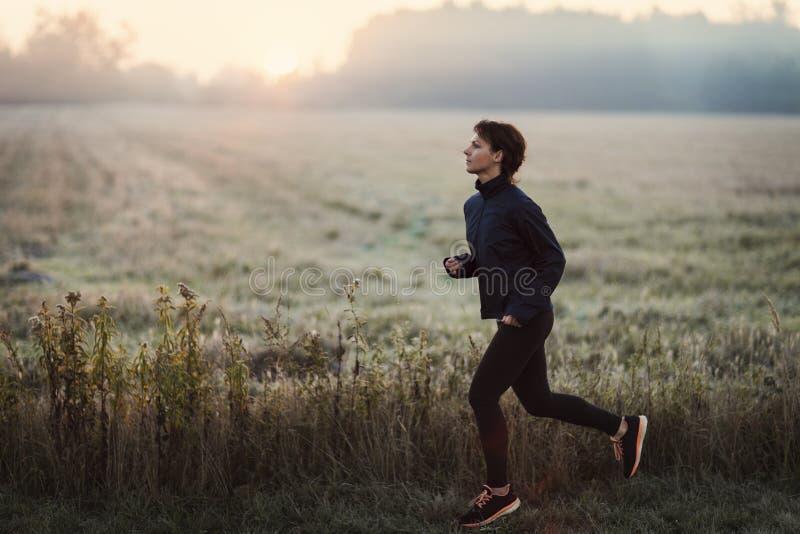 Молодая женщина бежать в утре стоковое фото rf