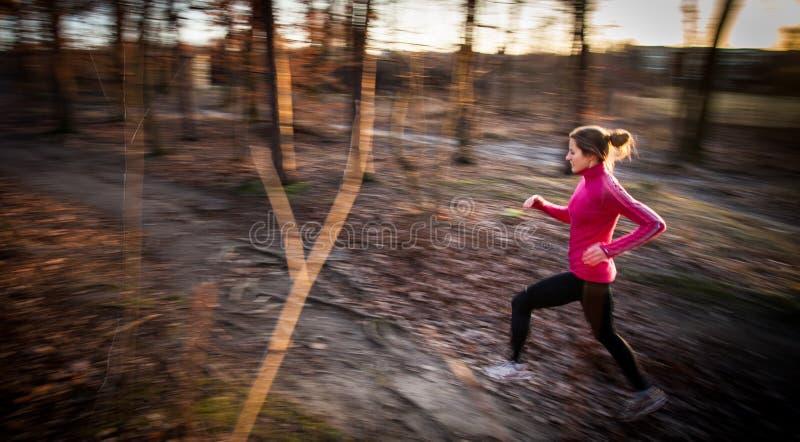 Молодая женщина бежать outdoors в парке города стоковая фотография rf