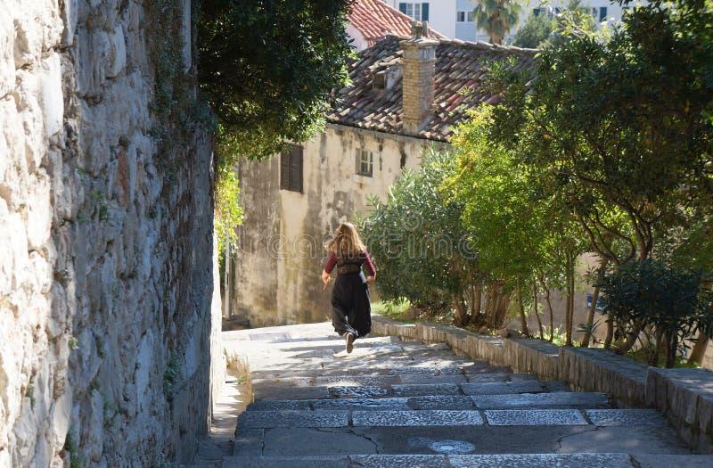 Молодая женщина бежит вниз стоковое фото