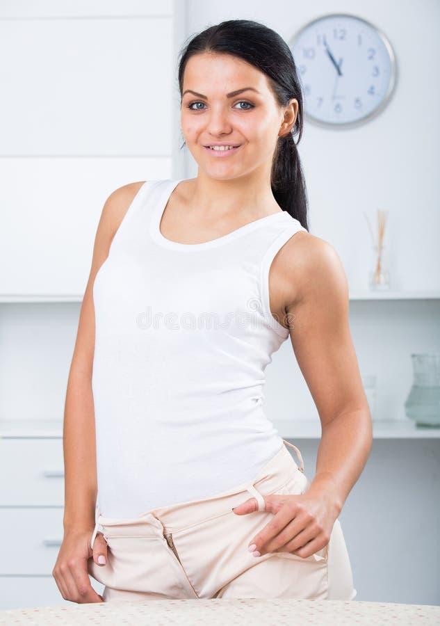 Молодая женщина брюнет стоковое изображение