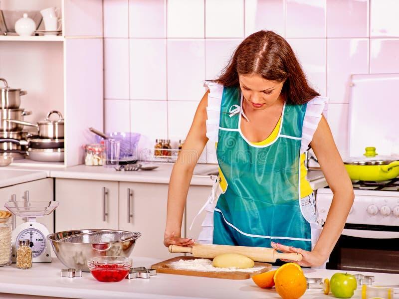 Молодая женщина варя на кухне стоковые фотографии rf