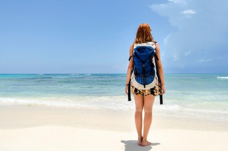 Молодая женщина видя море стоковые фотографии rf