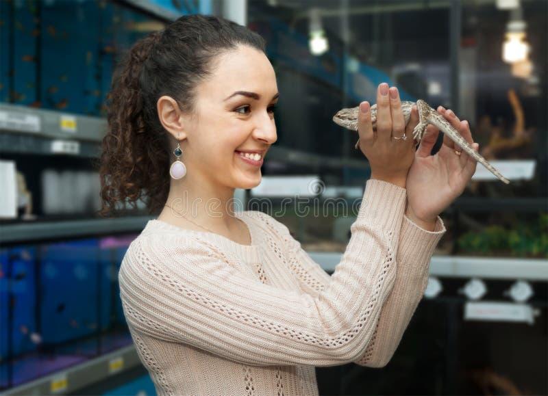 Молодая женщина выбирая ящерицу стоковые фото