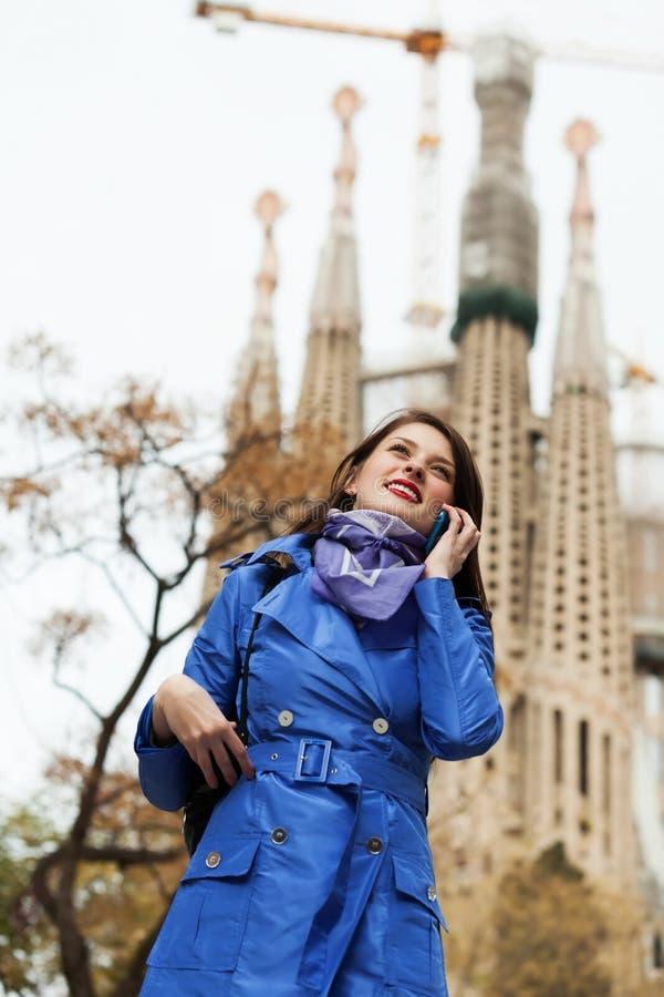Молодая женщина вызывая чернью на Барселоне стоковая фотография rf