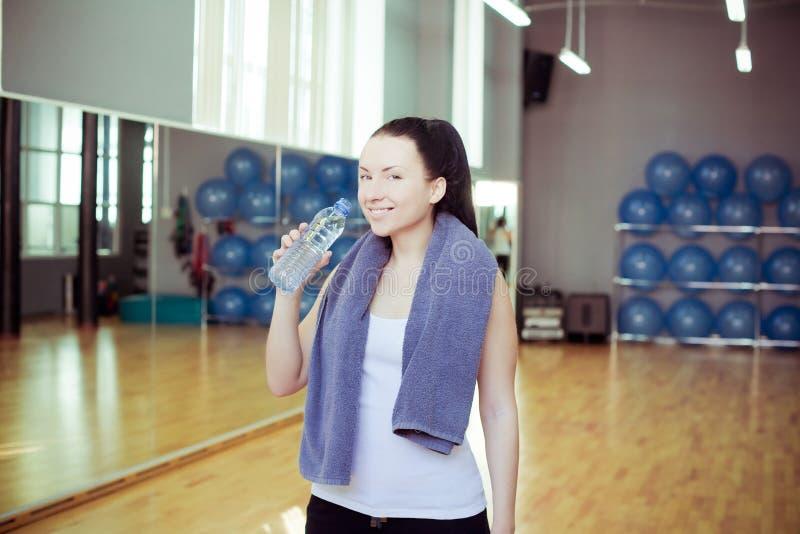 Молодая женщина выпивает воду стоковое фото rf