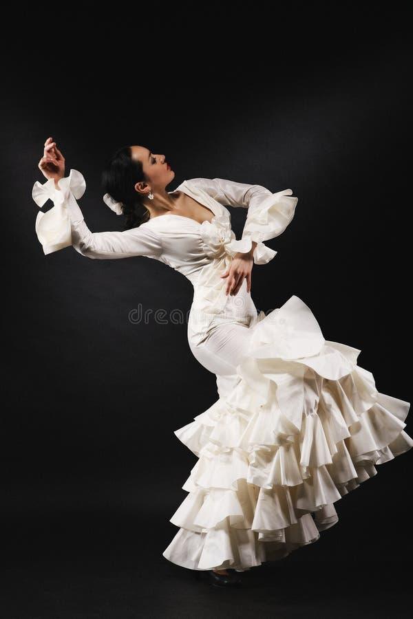 Молодая женщина выполняя танец сальсы с страстью на черном backgro стоковое изображение