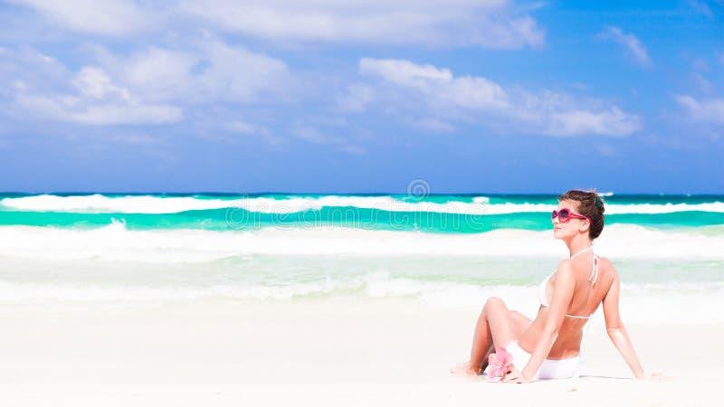 Молодая женщина в бикини и солнечных очках с цветком стоковые изображения rf
