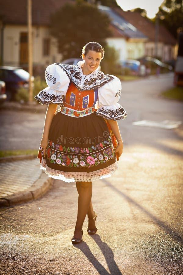 Молодая женщина в богато украшенных церемониальных людях одевает стоковое изображение rf
