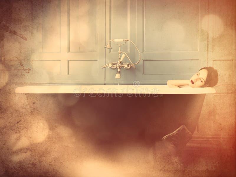 Молодая женщина в ванне стоковая фотография rf