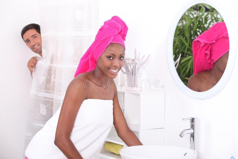 Молодая женщина в ванной комнате стоковое изображение rf