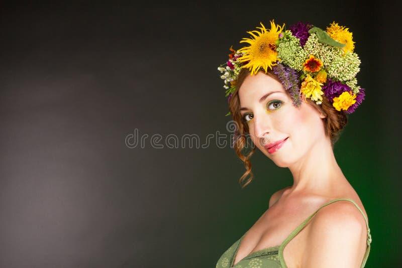 Молодая женщина в венке цветков стоковая фотография rf