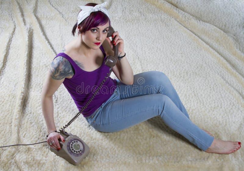 Молодая женщина в винтажном взгляде с телефоном стоковая фотография rf