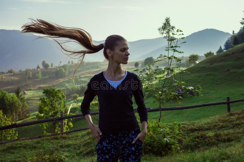 Молодая женщина в горах стоковые изображения