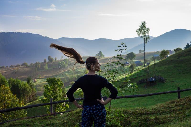 Молодая женщина в горах стоковое фото rf