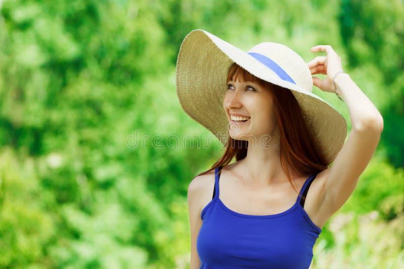 Молодая женщина в лесе стоковое изображение