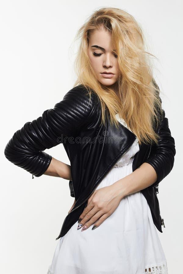 Молодая женщина в кожаном пальто стоковое фото