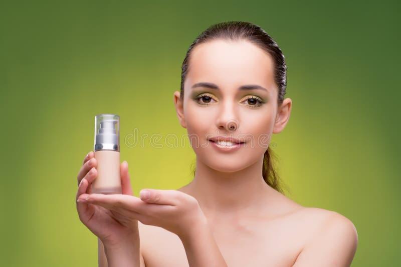 Молодая женщина в концепции красоты на зеленой предпосылке стоковая фотография rf