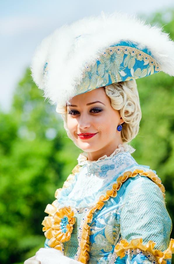 Молодая женщина в костюме XVIII века стоковые изображения rf