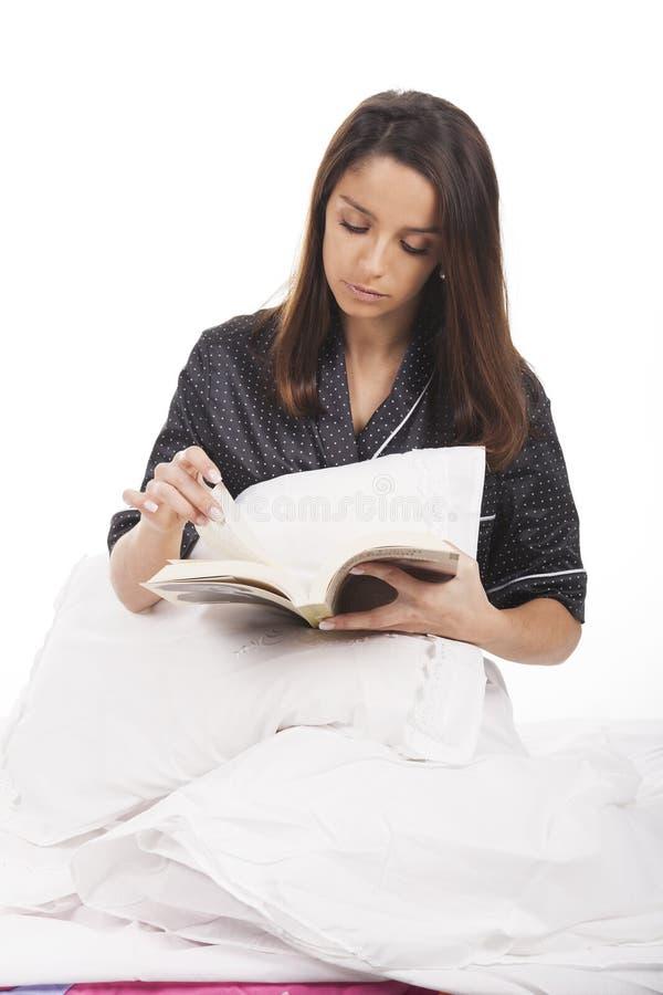 Молодая женщина в кровати стоковая фотография