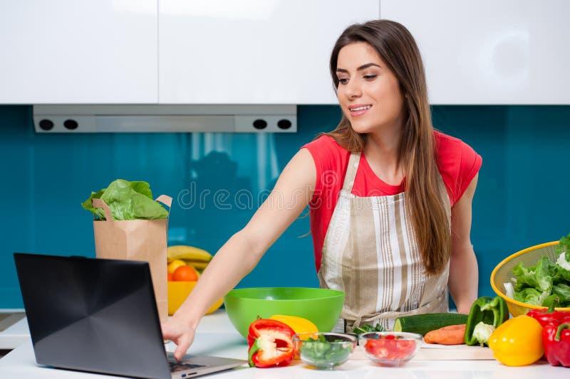 Молодая женщина в кухне стоковое изображение