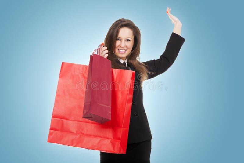 Молодая женщина в магазине стоковая фотография