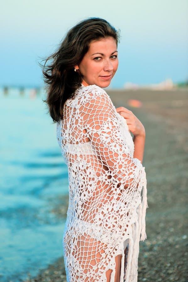 Молодая женщина в море белого pareo handmade стоковые фотографии rf