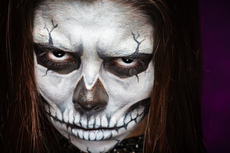 Молодая женщина в дне мертвого искусства стороны ART Halloween стороны черепа маски с туманом на черной предпосылке стоковые изображения rf