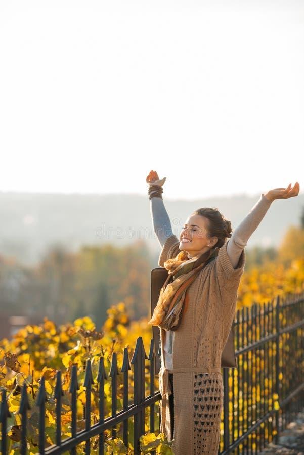 Молодая женщина в осени outdoors радуясь стоковые фотографии rf