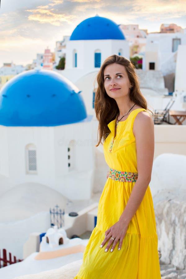 Молодая женщина в острове Santorini стоковая фотография rf