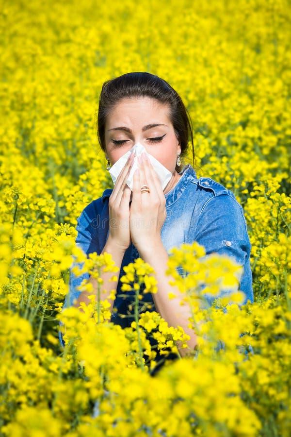 Молодая женщина в поле имеет лихорадку сена стоковые изображения rf