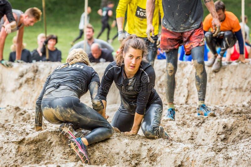 Молодая женщина в препятствии грязи стоковые изображения