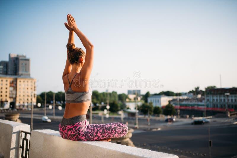 Молодая женщина в представлении йоги, город на предпосылке стоковые фотографии rf