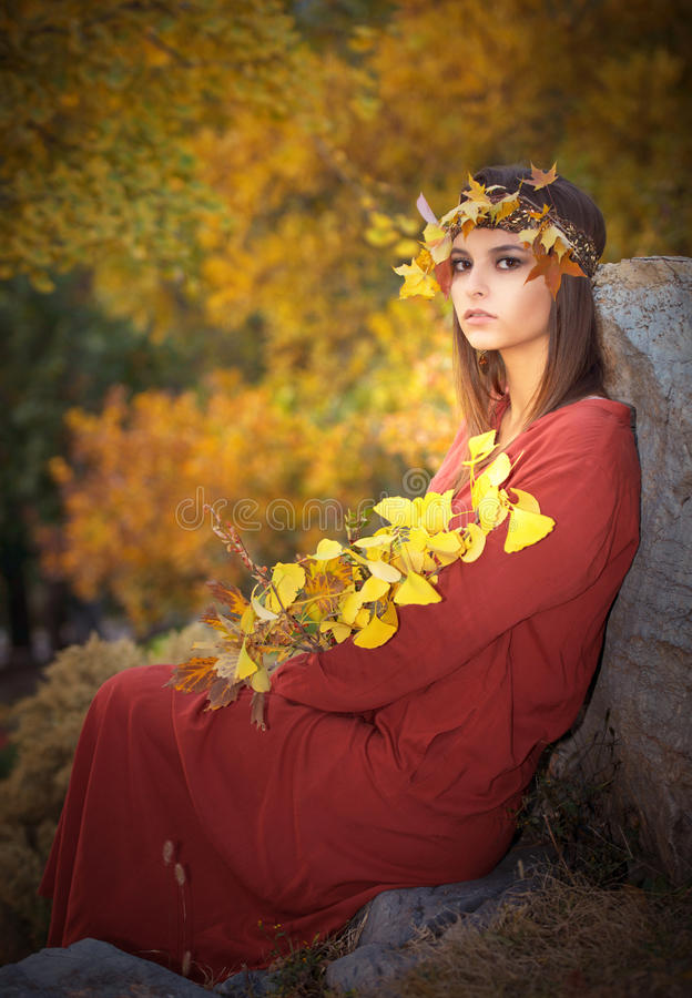 Молодая женщина в пуще осени стоковые изображения