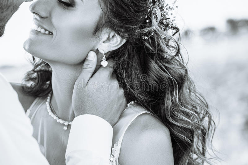Молодая женщина в платье свадьбы outdoors Красивая невеста в поле на заходе солнца черная белизна стоковая фотография rf