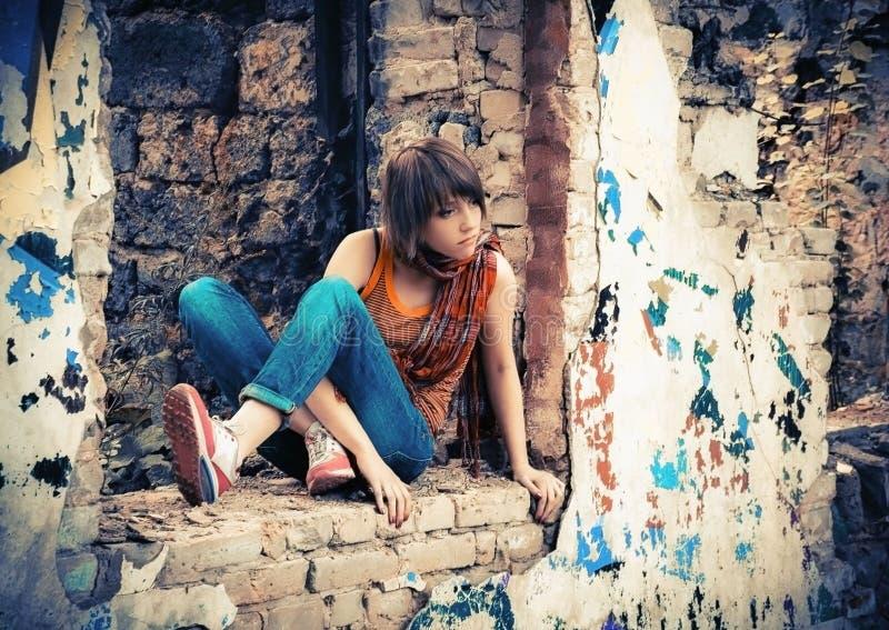 Молодая женщина в руинах с граффити стоковые изображения