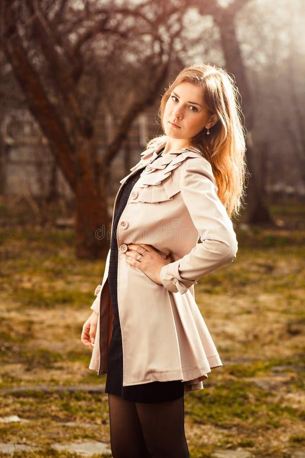 Молодая женщина в саде осени стоковая фотография