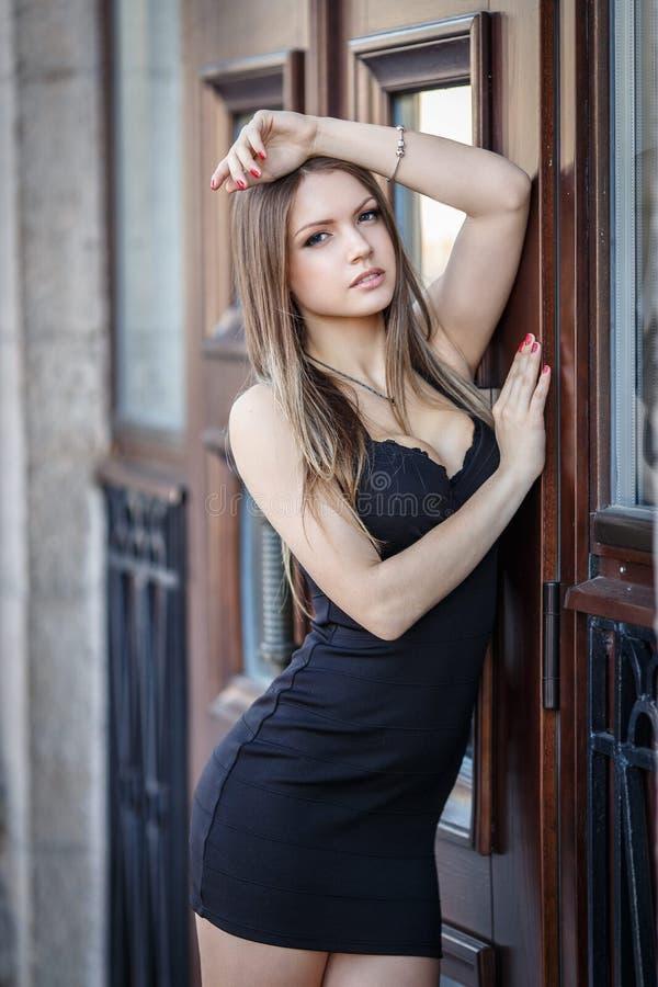Молодая женщина в сексуальном коротком платье стоковые изображения