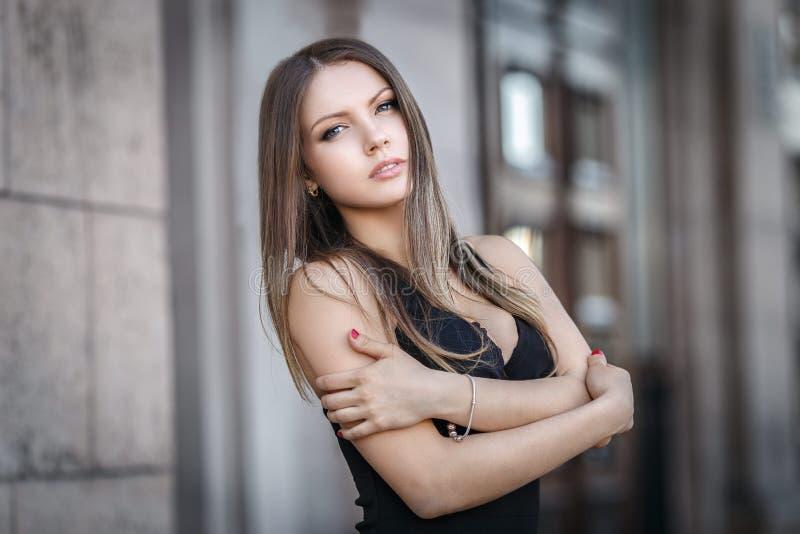 Молодая женщина в сексуальном коротком платье стоковое изображение