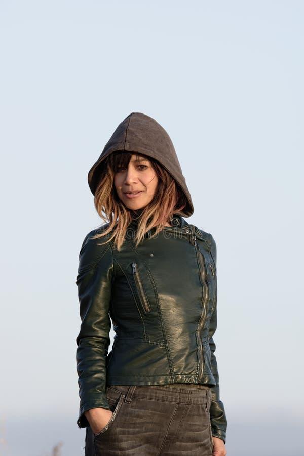 Сексуальная девушка в куртке с капюшоном
