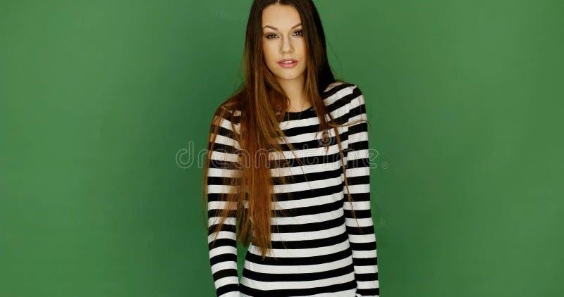 Молодая женщина в ультрамодном черно-белом платье нашивки стоковые изображения