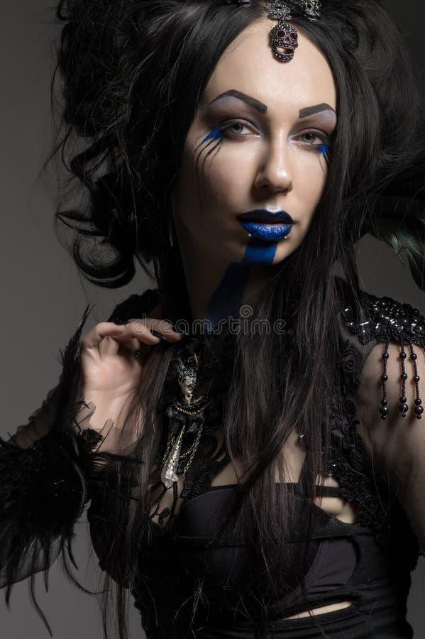 Молодая женщина в черном костюме фантазии стоковые фотографии rf