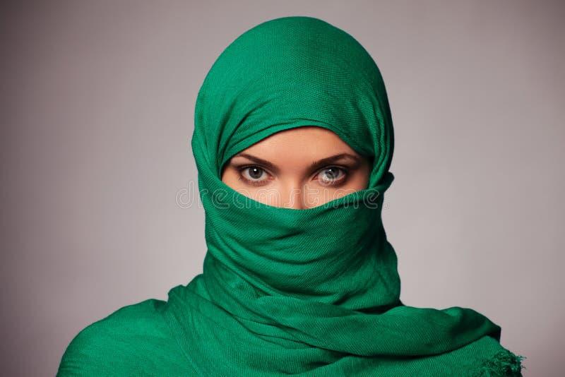 Молодая женщина в hijab стоковая фотография