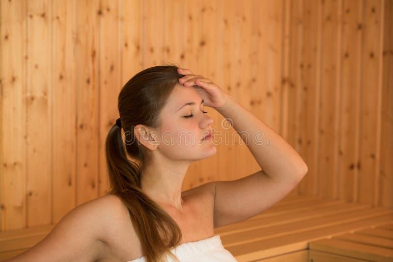 Молодая женщина в sauna стоковое изображение rf